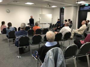 Teilnehmende diskutieren mit Herrn Florack