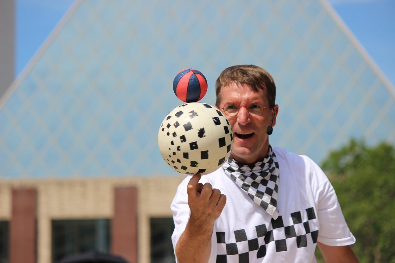 Ein Mann jongliert mit Bällen